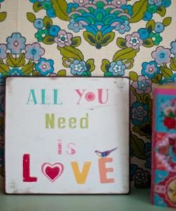 PLÅTSKYLT All you need is love